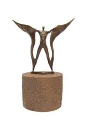 Urn brons - bronzen beeldje - sculptuur - op vleugels gedragen - 21 cm hoog - Martinique