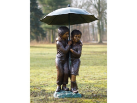 Tuinbeeld - groot bronzen beeld - 2 kinderen onder paraplu - Bronzartes