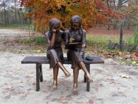Tuinbeeld - groot bronzen beeld -  meisjes op de bank - Bronzartes