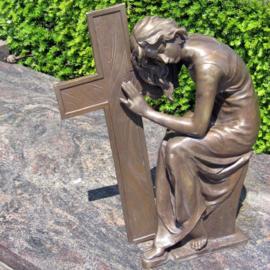 Tuinbeeld - grafdecoratie - Vrouw bij kruis  - Bronzartes