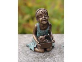 Tuinbeeld - bronzen beeld - Meisje met poes in mandje - Bronzartes - 15 cm hoog