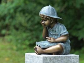 Tuinbeeld - bronzen beeld - lezend jongetje