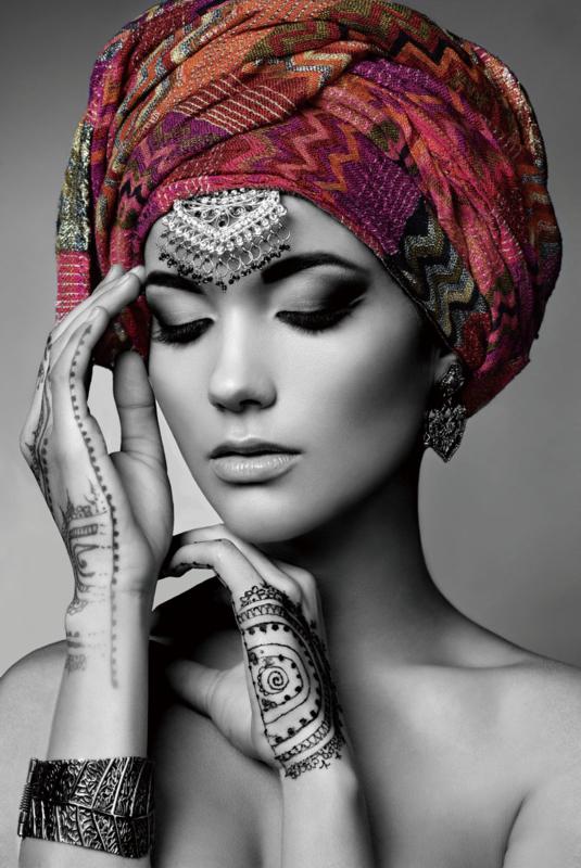 Glasschilderij - schilderij fotokunst - Vrouw Henna - foto print op glas - 80x120 cm --