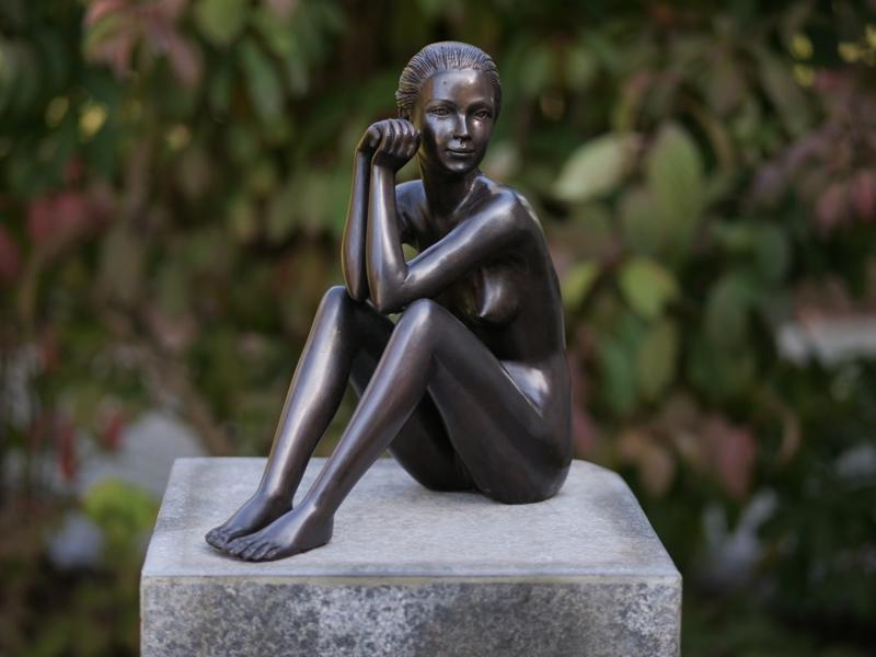 i&o zittende vrouw antiek goud - Tuincentrum Pelckmans