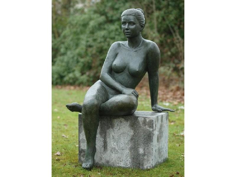 Tuinbeeld - groot bronzen beeld - zittende naakte vrouw - Bronzartes