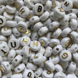 ca. 180 stuks letterkralen wit met gouden letters 10x6mm