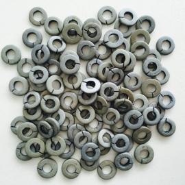 ruim 100 stuks houten ringetjes 13x2mm grijs
