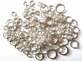ca. 150 stuks enkele ringetjes mix van 4 tot 10mm zilverkleur