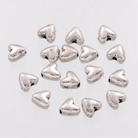 C326- 40 stuks metalen kralen hartjes 6mm zilverkleur