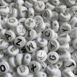 ca. 180 stuks letterkralen wit met zilveren letters 10x6mm