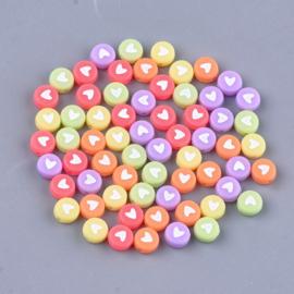 30 stuks letterkralen hartjes kleurenmix met witte hartjes 7x3.5mm
