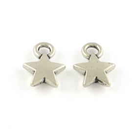 D46- 20 stuks metalen bedels sterren 12x9mm zilver