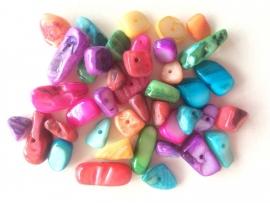 C342- 30 gram freshwater schelpenkralen chips kleurenmix 8 tot 18mm lang