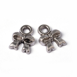 D44- 20 stuks metalen bedels strikjes 8x8mm zilver