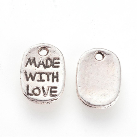 D78- 12 stuks bedels met tekst 'MADE WITH LOVE' 11x8mm