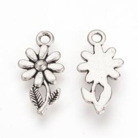 D75- 10 stuks metalen bedels bloemen 19x10x2mm zilverkleur