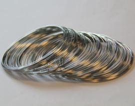 CE10308/2002- memory wire veer armband 0.6mm dik zilverkleur