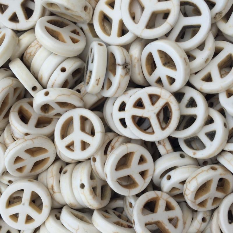 C151- 8 stuks synthetic ghemstone off white peace kralen 15mm