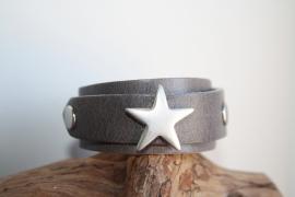 Grijze leren armband met ster