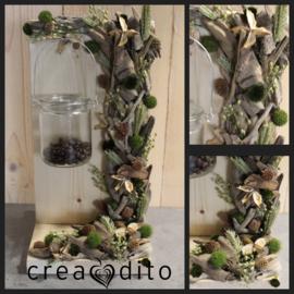 De houten standaard met droogbloemen