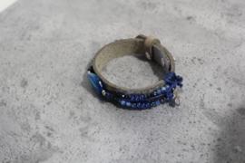 Taupe kleurige lederen armband met blauw