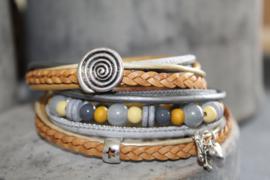 Geel met licht grijze wikkelarmband incl bijpassende kralenarmband