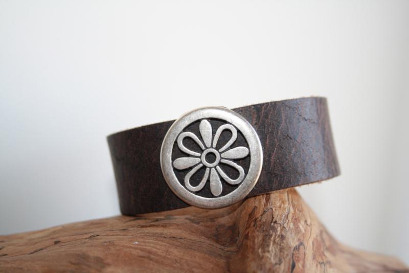 Donker bruine armband met bloem