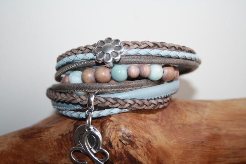 Bruin met lichtblauwe wikkelarmband incl kralenarmbandje