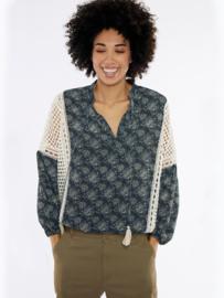 Meisïe - blauw gebloemde blouse met lange luchtige mouwen