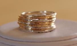 Minimalistische zilveren en gold filled stapelringen met hamerslag