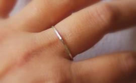 Subtiele zilveren gehamerde fijne ring, stacking ring, sterling zilver minimalistische ring, aanschuifring