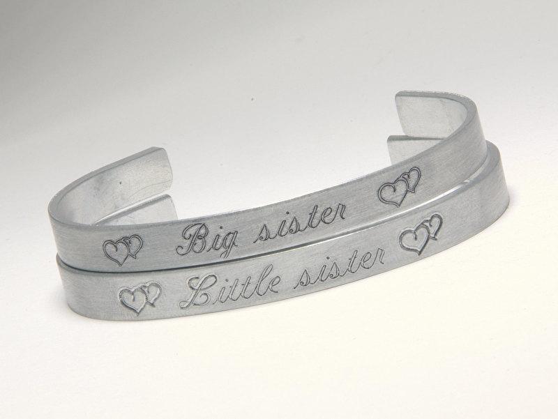 2 aluminium zussen armbanden met tekst en naam