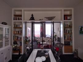 Kamer en-suite met wandkasten