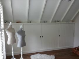 Wandkast op maat onder schuine kap