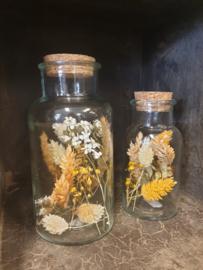 Fles met kurk gevuld met droogbloemen