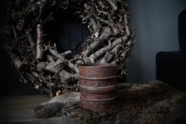 Oud metalen potje