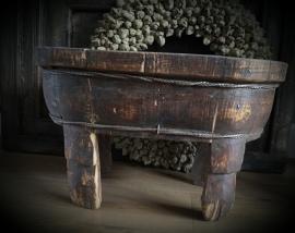 Oude houten bak op poten