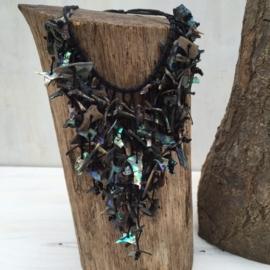 Halsketting met kleine stukjes schelp