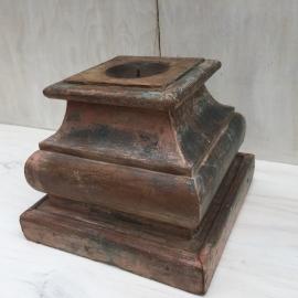 Kandelaar van oude pilaar