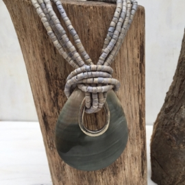Halsketting met hanger van schelp ( kort model )