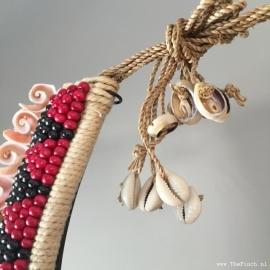 Papoea Halssieraad schelpen op sokkel - hoogte 42 cm