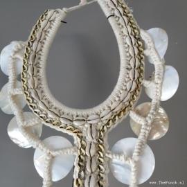 Papoea Halssieraad witte schelpen - hoogte 85 cm VERKOCHT