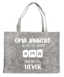 Vilten tas met opdruk 'Oma .....net als een gewone oma maar dan liever'