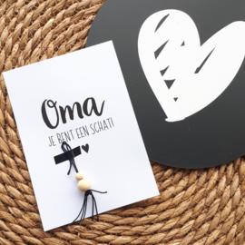 Ansichtkaartje met gelukspoppetje  'Oma je bent een schat' | A6