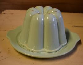 Oude puddingvorm met schotel