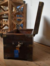 Opbergkist / bijzettafel met koperbeslag(Evenaar)