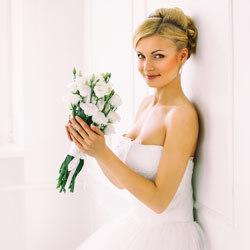 Bruid met boeket op bruiloft