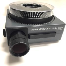 Nr.8281 -- Kodak Carousel S-AV 2030 , Isco Cinelux zoomlens 110 -200mm M.C. dubbele verwisselbare zware halogeenlamp 24V 250W, afstands bediening: voor/achteruit enscherpstellingen met cassette, heeft service beurt gehad en is in zeer goede staat
