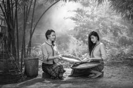 H101 --16mm-- prachtige reisfilm over Thailand en Birma, mooi zwartwit en Engels gesproken, speelduur ca.35 minuten compleet op spoel en in doos