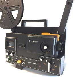 Nr.8221-- super 8 Raynox Sound 1010 projector voor super 8 film, halogeenlamp 100w., geschikt voor 240 meter spoelen,electronisch aangestuurde motor een zeer degelijke en zware projector heeft onderhoudsbeurt gehad en werkt goed